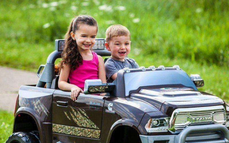 Obrázok deti v elektrické autíčko elektrickom auticku nasehrackarstvo